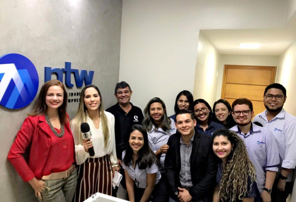 Diretora Executiva e equipe NTW Belém Metropolitan Tower junto à equipe de reportagem.